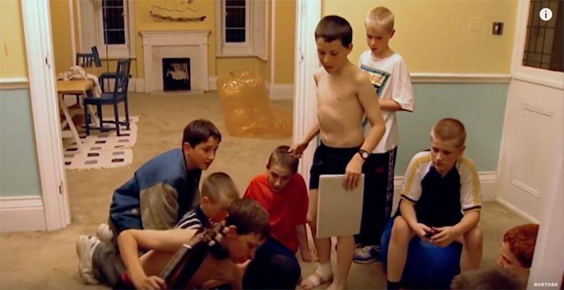 没有大人管束,10个男女孩住在同一封闭别墅,5天后结果让人出乎意料….