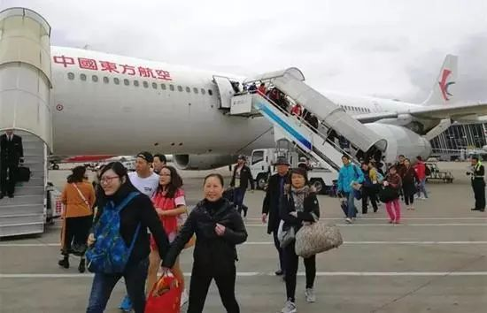 """""""关键时刻,中国护照能保命!""""澳洲华人女留学生自驾出车祸,危在旦夕!千钧一发之际,他们,第一时间赶到!"""