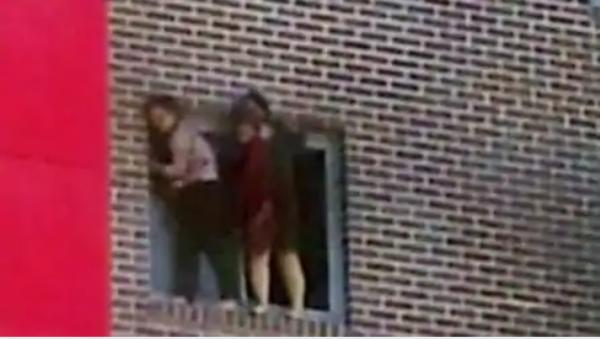 英国公寓大火,中国学生翻窗2死伤!建筑商:咋不走前门