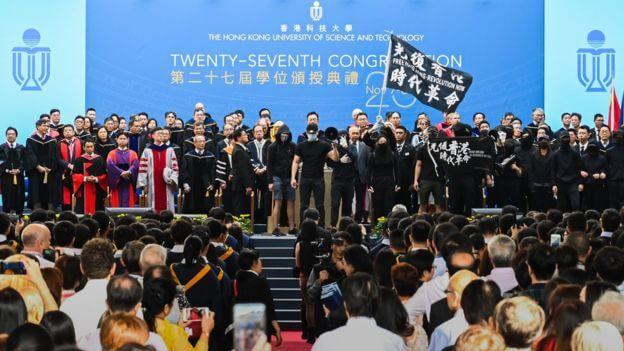 港民悼念坠亡香港学生周梓乐再掀抗议浪潮 多名香港议员被捕